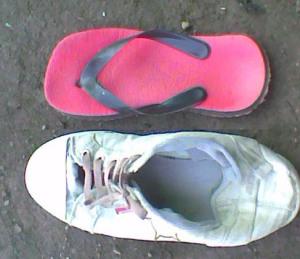 sandal sebelah sisi